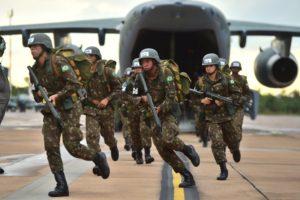 Soldados del Ejército brasileño abandonando el KC-390 durante la prueba de evacuación.