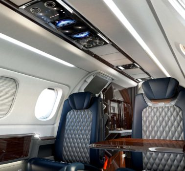 Cabina del Phenom 300E con el nuevo panel de techo que permite controlar todas las funciones de la misma.