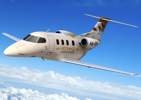 Embraer Phenom 100E con colores de Etihad Flying College.