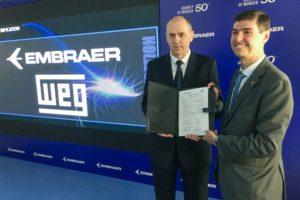 Manfred Peter Johann, director superintendente de WEG Automation y Daniel Moczydlower, vice presidente ejecutivo de Ingeniería y Tecnología de Embraer tras la firma del acuerdo.