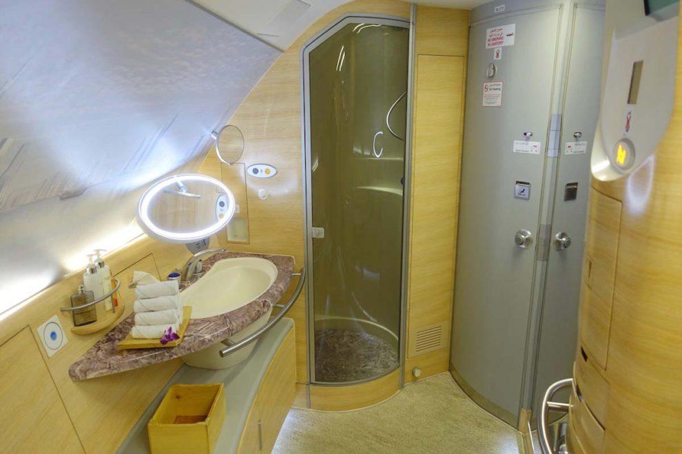 Los pasajeros de primera clase en los A380 de Emirates podrán volver a ducharse a bordo.