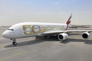 El primer Airbus A380 de Emirates en recibir los nuevos títulos del 50 aniversario por su lado árabe.