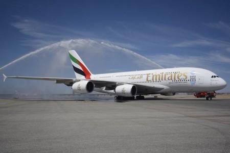 El primer Airbus A380 de Emirtaes en Madrid ha sido saludado con un arco de agua.