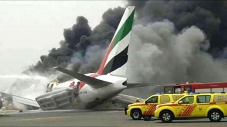 El informe recoge que parte de las rampas de evacuación quedaron inutilizadas por el viento,y que pese a las instrucciones de la tripulación, numerosos pasajeros evacuaron con sus objetos personales.