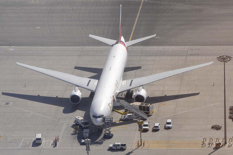Un Boeing 777 de Emirartes en el aeropuerto de Dubai.