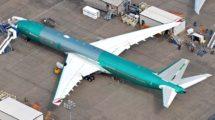 Uno de los B-777-9 de Emirates almacenado en la factoría de Boeing.