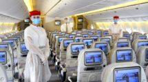 Trupulación de Emirates protegida para un vuelo durante el COVID-19.