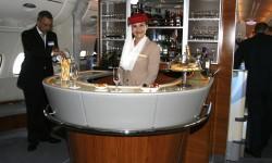 El bar en la zona trasera de la cubierta superior es una de las marcas distintivas del servicio a bordo del A380 de Emirates.