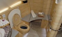 Los baños de primera clase parecen más los de un hotel o una casa que los de un avión.