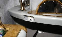 Minibar refrigerado, tomas de corriente, espejo de cortesía y otros detalles únicos para la primera clase.