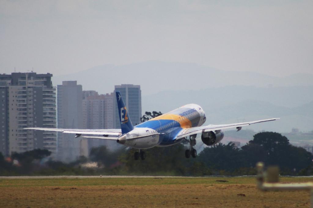 Despegue desde la factoría de Embraer en Sao José dos Campos del cuarto ejemplar del E190-E2.
