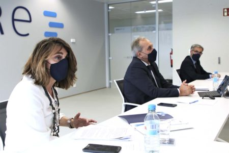 Ángel Luis Árias, (centro) y Mari Luz de Mateo, directora de Desarrollo Empresarial de Enaire.