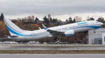 Boeing 737 MAX de Enter Air despegando de Boeing Field en un vuelo de prueba.