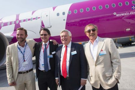 De izquierda a derecha Skuli Mogensen, propietario y consejero delegado de Wow Air; John Leahy, director de operaciones - clientes de Airbus; Gael Meheust, presidente de CFM International y Steven F. Udvar-Házy, presidente del consejo de Air Lease en la entrega del primer A321neo a Wow Air y Air Lease.