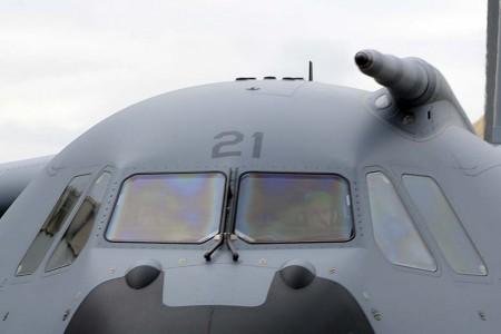 Detalle de las ventanas de la cabina y la sonda de repostaje del A400M.