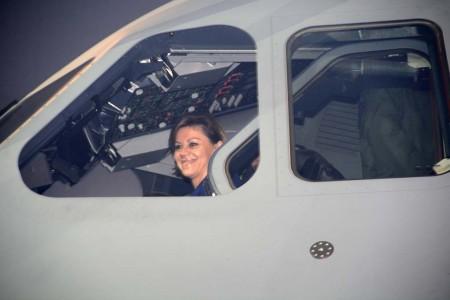 Dolores de Cospedal en el cockpit del A400M del Ejército del Aire español.
