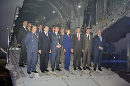 La ministra de Defensa, Dolores de Cospedal, el presidente de Airbus en España, Fernando Alonso, el jefe del Estado Mayor del Aire, general García Arnaiz junto a directivos de Airbus Defence and Space y Ministerio de Defensa.