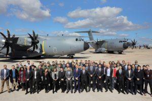 Personal de Airbus, OCCAR y las tripulaciones de los dos A400M frente a estos tras la doble entrega realizada en Sevilla.