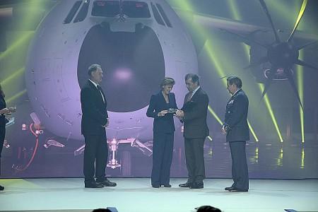 Entrega a la ministra de Defensa de una metopa de recuerdo de la entrega del primer A400M por parte de Fernado Alonso con el jefe del Estado Mayor del Aire y el representante de OCCAR.