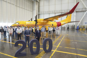 Juanma Moreno y Alberto Gutiérrez junto a trabajadores de Airbus en Sevilla en la entrega a Canadá del C295 msn200.