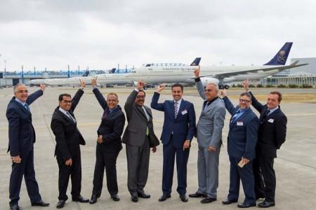 Directivos de Saudia en la entrega del primer Airbus A330-300 regional frente a cinco aviones más listos para su entrega en Toulouse.