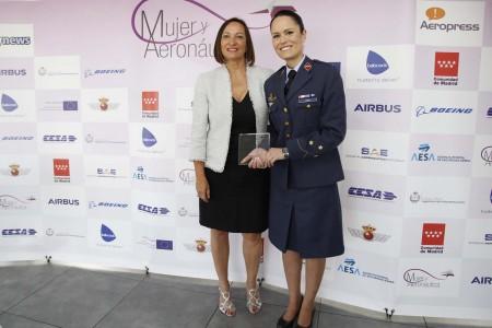 Chantal Dorange de Boeing junto a la capitán Lourdes Losa que recogió el premio MyA en nombre de la capitán Rosa García Malea