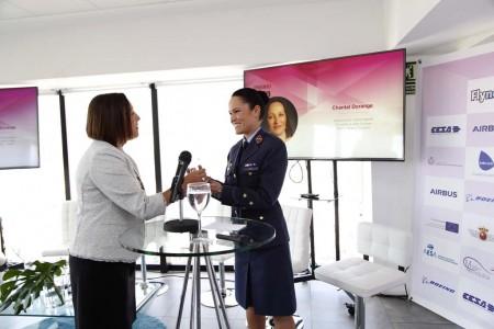 Chantal Dorange de Boeing entrega el II Premio Mujer y Aeronáutica a la mejor trayectoria profesional otorgado por Fly News y Aeropress.