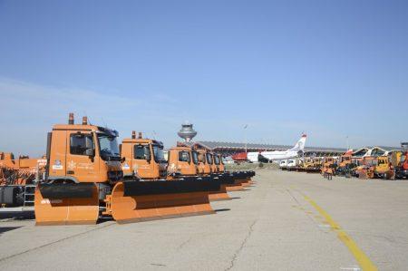 Vehículos contra la nieve en el aeropuerto de Madrid Barajas.