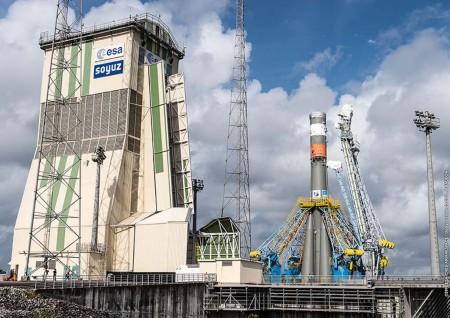 Montaje del cohete Soyuz que lanzará al espacio al Sentinel 1B desde Kourou.