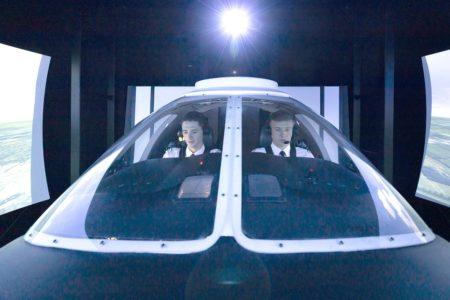 Dos alumnos de la escuela de pilotos de Lufthansa se entrenan en un simulador.