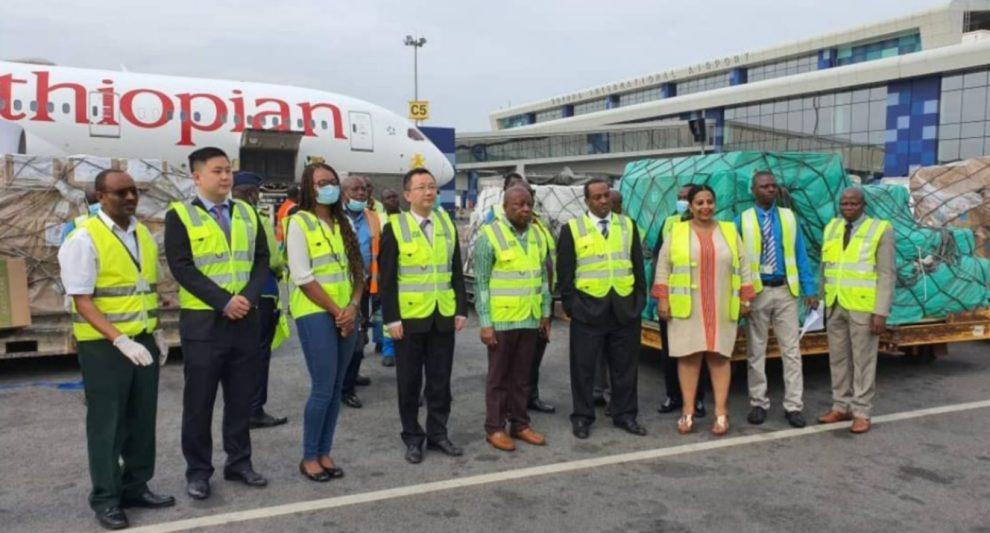 Jack Ma, Abiy Ahmed, Tewolde GebreMariam ante uno de los cargamentos de ayuda médica junto a uno de los Boeing 787 de Ethiopian Airlines.