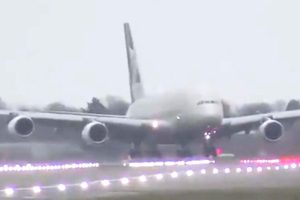 Captura del video del aterrizaje en Londres Heathrow del Airbus A380 de Etihad con viento cruzado.