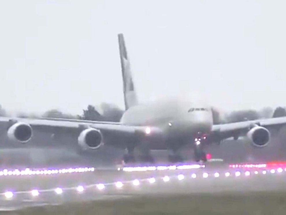 Captura del video del aterrizaje en Londres Heathrow del Airbus A380 de Etihad con viento cruzado.
