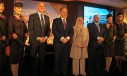 En el centro de la foto, Jordi Porcel, director general de Etihad para el mercado españo, y James Hogan, CEO de la aerolínea de Abu Dhabi, junto a la embajadora de Emiratos en España.