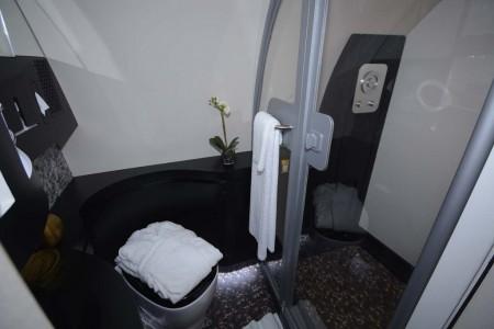 El baño y ducha privados en The Residence.