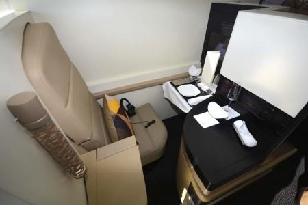 Asiento de clase business convertible en cama plana de 2 metros.