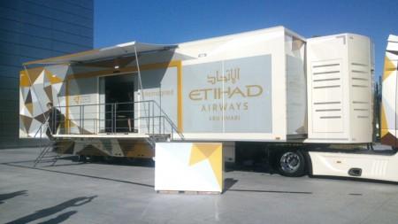 Etihad está recorriendo Europa con este camión que acomoda los distintos tipos de asientos de los aviones de largo radio de la compañía.