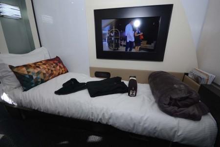 Cabina de primera clase del A380 vista desde el asiento. La pantalla de vídeo pivota para poder verla estando tumbados en la cama.