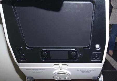 Respaldo del asiento de turista con su pantalla, mando, percha, toma de corriente, toma USB y enchufe para los auriculares, además de un sujeta vasos para no tener que abrir la mesita.