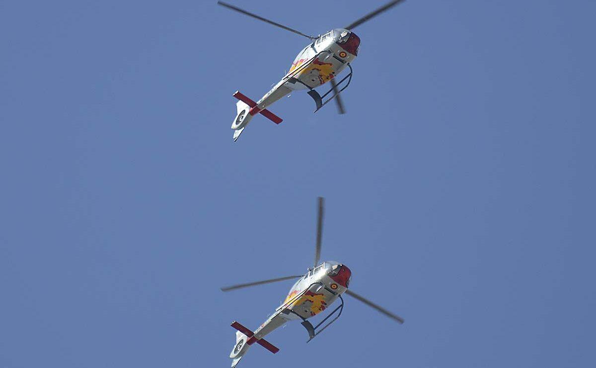 Dos de los Eurocopter EC130 de la Patrulla Aspa, uno de ellos con los nuevos códigos de escuadrón.