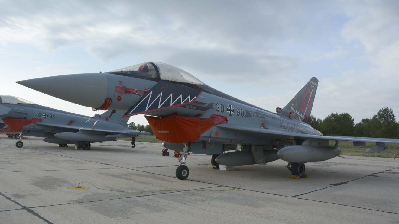 El Eurofighter de los 100 años del Barón Rojo va pintado en rojo por un lado y en negro por el otro.