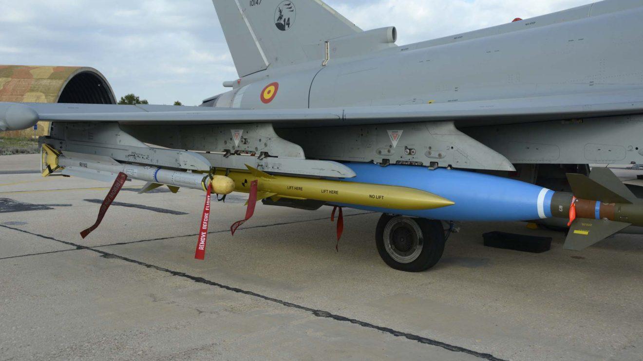 El Eurofighter C16-72/10147/14-30 se mostró con un IRIS-T, un AIM-120 AMRAAm y una bomba GBU MK84 bajo el ala derecha. Todos ellos modelos de entrenamiento.
