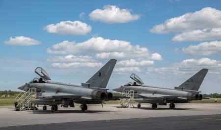 Dos de los Eurofighter italianos en la base aérea búlgara de base aérea de Graf Ignatievo poco después de su llegada.