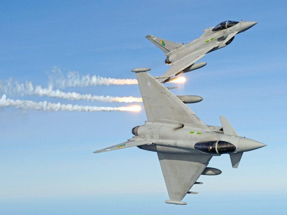 Los lanzadores de bengalas son solo una parte del sistema de defensa del Eurofighter, Los pods de punta de ala albergan equipos de contramedidas electronicas y un señuelo remolcable para atraer a los misiles enemigos.