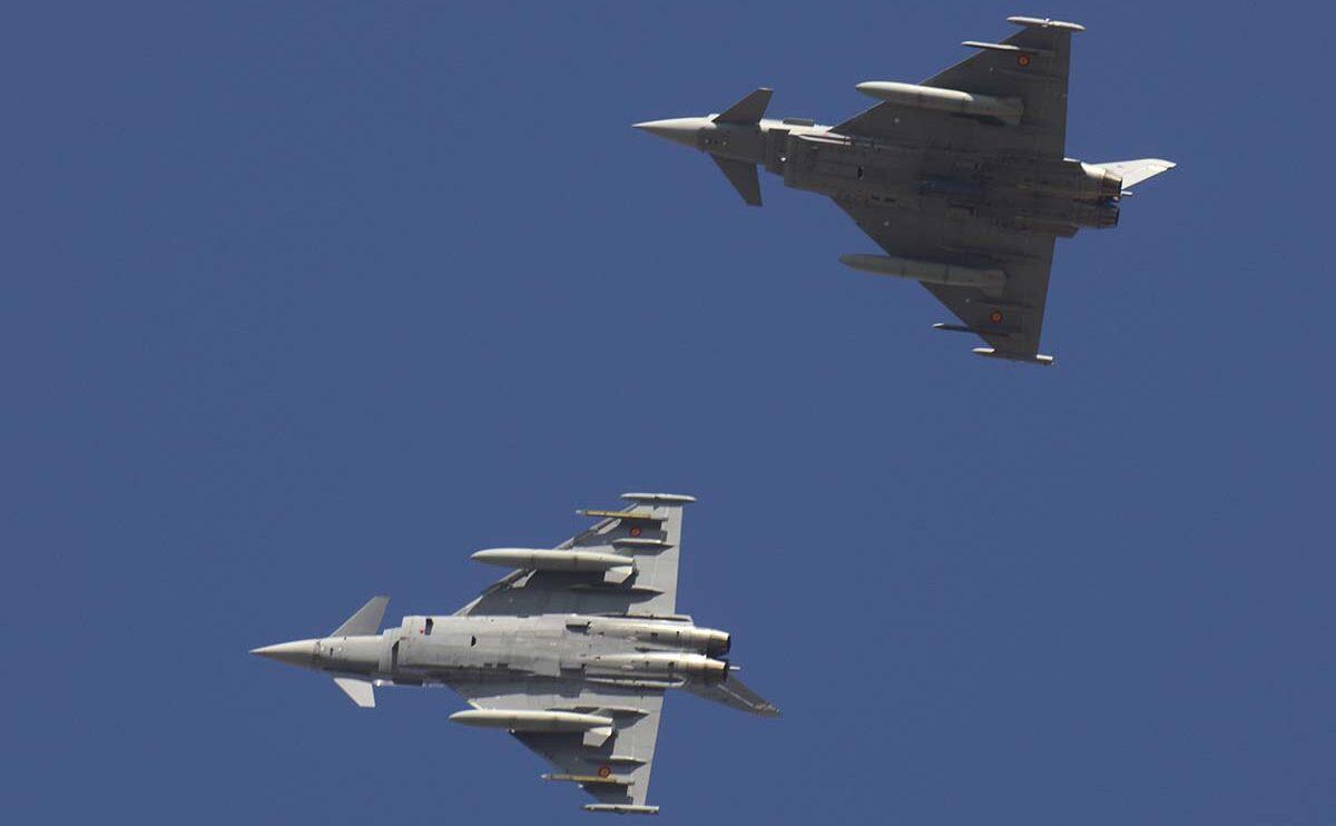 Rotura de la formación para el aterrizaje en Torrejón de dos Eurofighter.