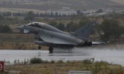 Llegada a Torrejón bajo la lluvia de uno de los Eurofighter del Ala 11.