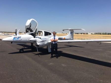 Jose María Tatay, jefe de instrucción de European Flyers frente al Da-42 EC-MND tras su llegada a Cuatro Vientos