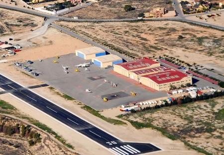 Plataforma del aeródromo de Mutxamel. en el extremo superior de la misma, con puertas azules los hangares de European Flyers.