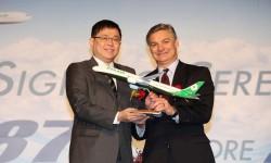 Los presidents de Eva Air y Boeing Commercial Airplanes, K.W. Chang y Ray Conner respectivamente, con una maqueta del Boeing 787-10 tras la firma del contrato.