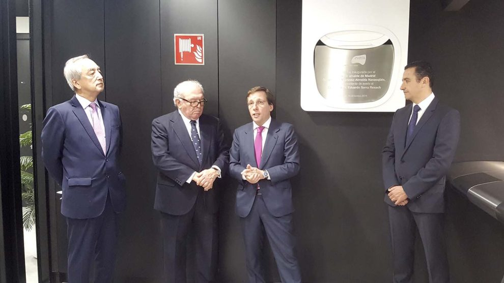 Martínez-Almeida junto al embajador de Japón, Eduardo Serra, y Sergi Biosca tras levantar la cortina de avión que cubría la placa conmemorativa de la inauguración.q